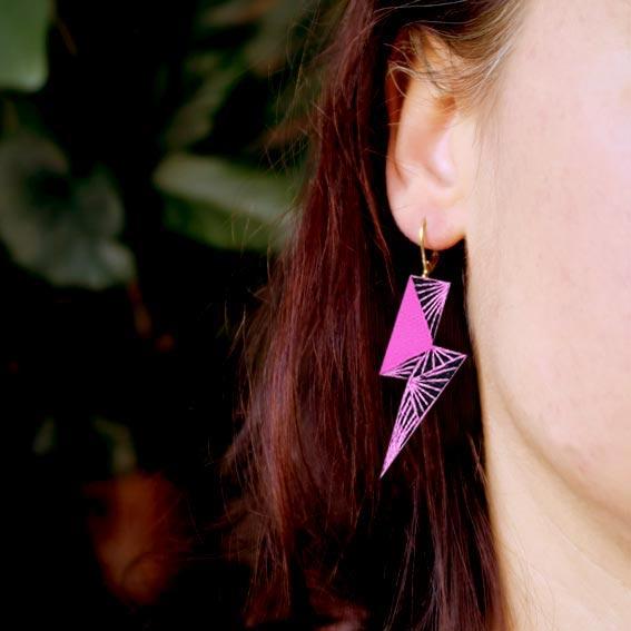 bijoux créateur Lyon boucles d'oreilles éclair rouges cuir or graphiques