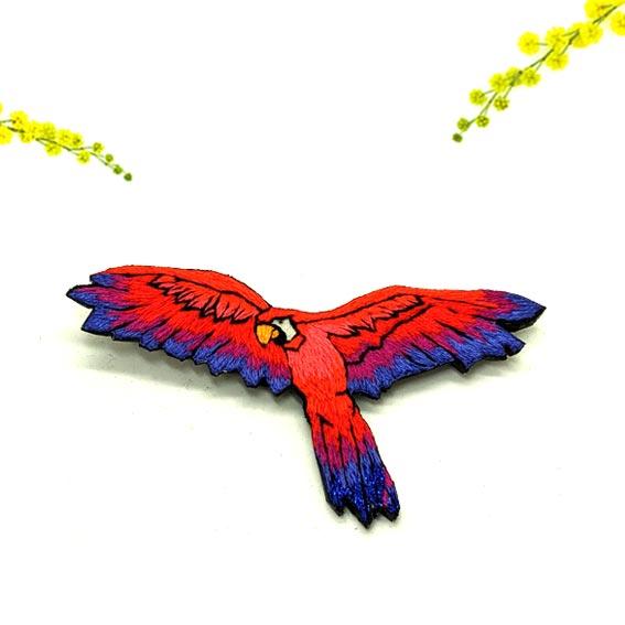 broche perroquet brodé bijou broderie moderne lyon créateur